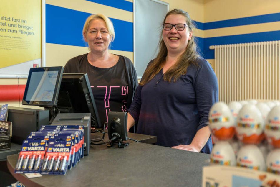 Die Verkäuferinnen Cornelia Miethling (48, l.) und Sabine Einbock (37) im neuen Spar Express in der Mensa Reichenhainer Straße.