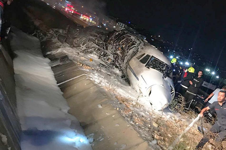 Das Privatflugzeug ist bei einer Notlandung auf dem von der Piste abgekommen und in Brand geraten.