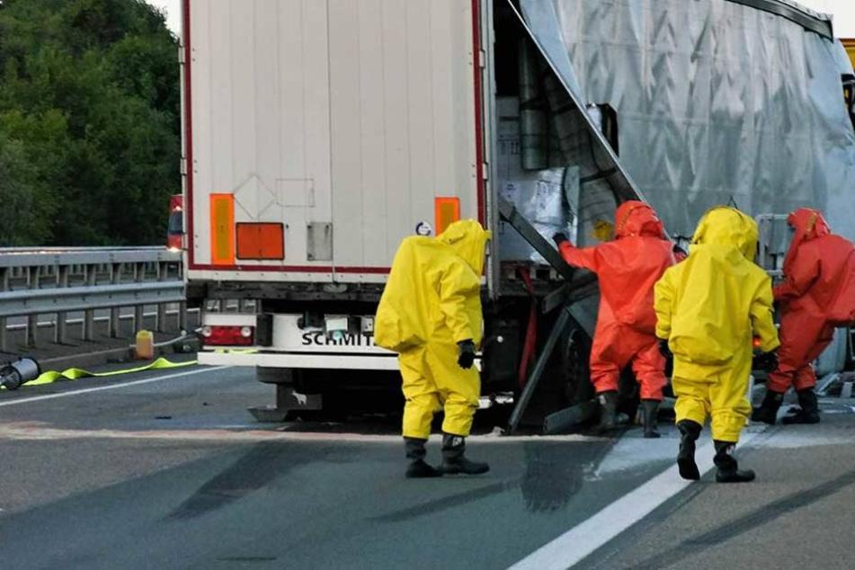 Einsatzkräfte in Schutzanzügen bei einem verunglückten Gefahrguttransporter (Archivbild).