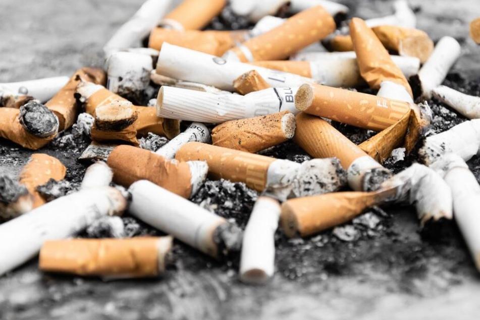 Trauriger Alltag auf deutschen Straßen: Zigarettenstummel liegen überall auf dem Boden verteilt herum, anstatt im Mülleimer zu landen (Symbolbild).