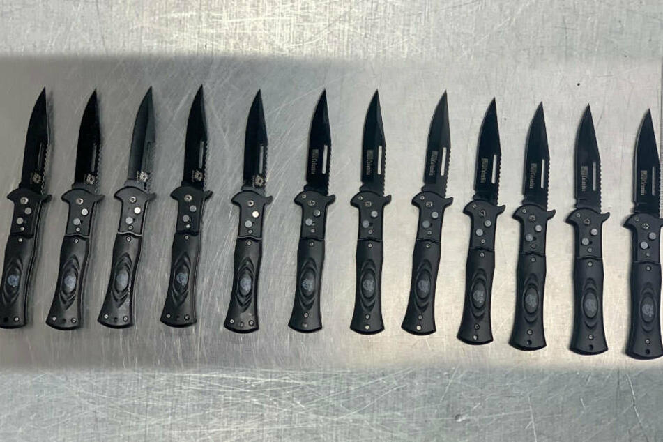 Diese Zwölf Messer fand der Zoll Düsseldorf im Koffer einer 35-Jährigen.