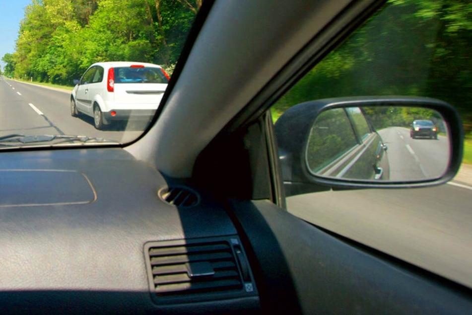 Obwohl Gegenverkehr kam, überholte ein 82-Jähriger seinen Vordermann. Es kam zum Crash. (Symbolbild)