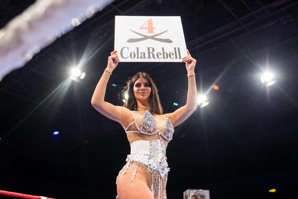 Micaela Schäfer, Model, zeigt bei der Dinner-Box-Gala - Night of the Campions in der Alsterdorfer Sporthalle als Nummerngirl die nächste Runde an.