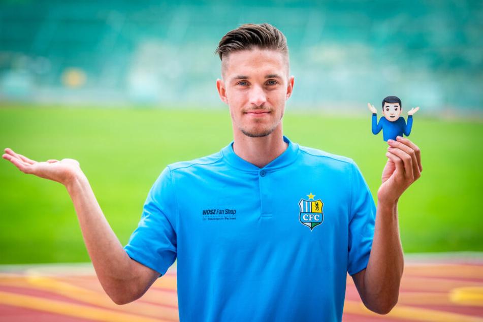 CFC-Kollege Soeren Reddemann (23) stellt zum Tag des Emojis seinen liebsten Smiley nach.