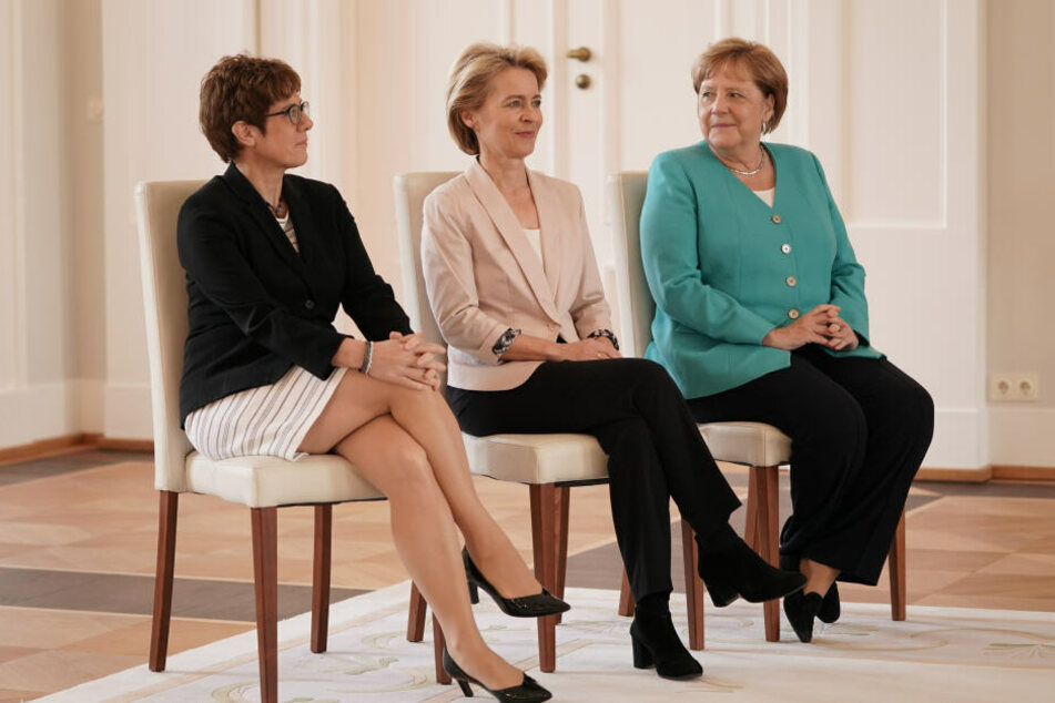 Ursula von der Leyen (m.), neugewählte EU-Kommissionspräsidentin, sitzt im Schloss Bellevue neben ihrer Nachfolgerin Annegret Kramp-Karrenbauer (l.), und Bundeskanzlerin Angela Merkel (r.).