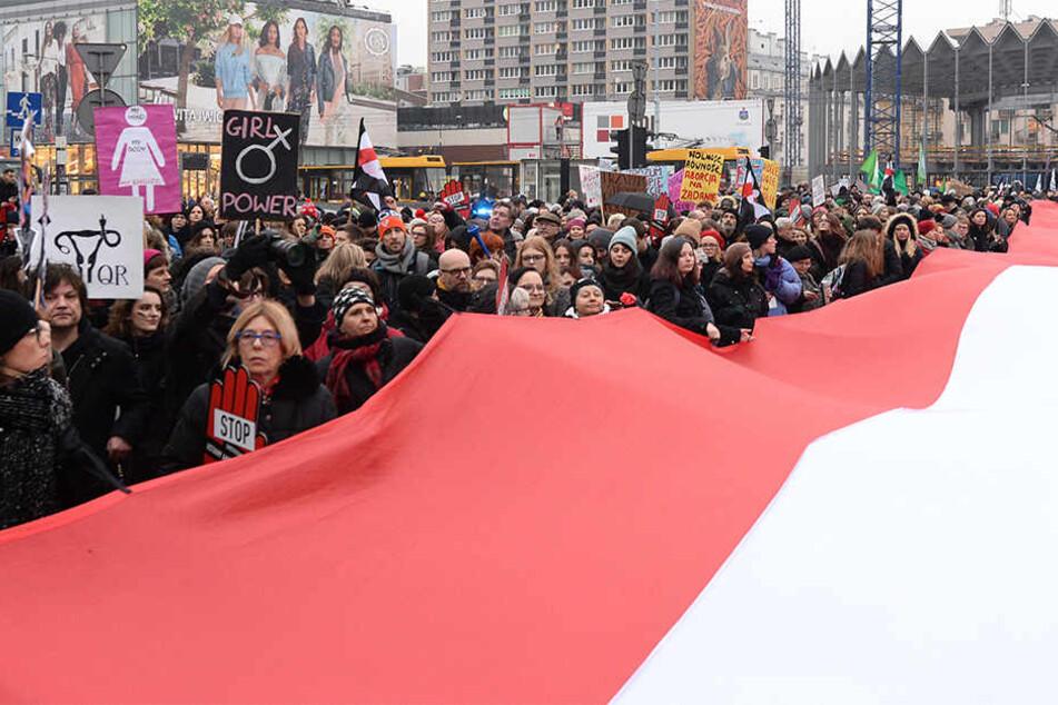 Demonstranten nehmen an einem Protest in Warschau gegen die Verschärfung des Abtreibungsgesetzes teil. Abtreibungsgegner die Abtreibung missgebildeter Föten verbieten lassen.