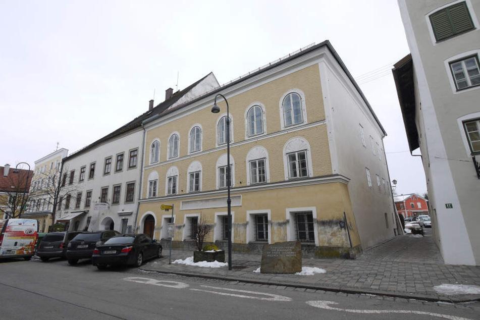 Das Geburtshaus von Adolf Hitler in Braunau. Aus dem Chat geht die Bewunderung für Hitler hervor.