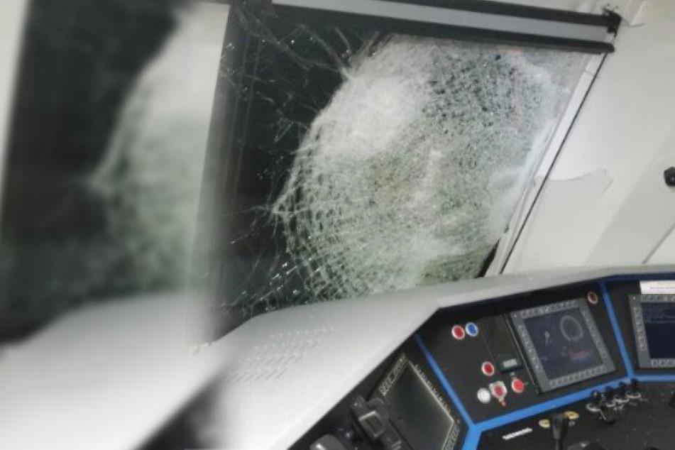 Heftiger Unfall zwischen Güterzug und Baukran: Zwei Schwerverletzte!