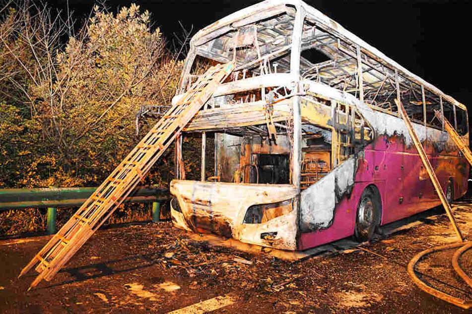 26 Menschen wurden getötet und zahlreiche weitere verletzt, als der Reisebus aus der benachbarten Provinz Henan plötzlich Feuer fing.