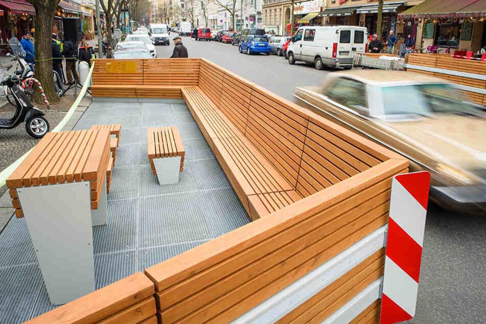 Statt ihr Auto zu parken, können Anwohner der Bergmannstraße durch Sitzecken auf der Straße entspannen.