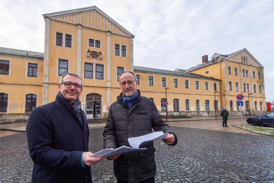 Oberbürgermeister Sven Krüger (46, l.) und Baubürgermeister Holger Reuter (63) suchen Ideen für die Sanierung des Freiberger Bahnhofsgebäudes.