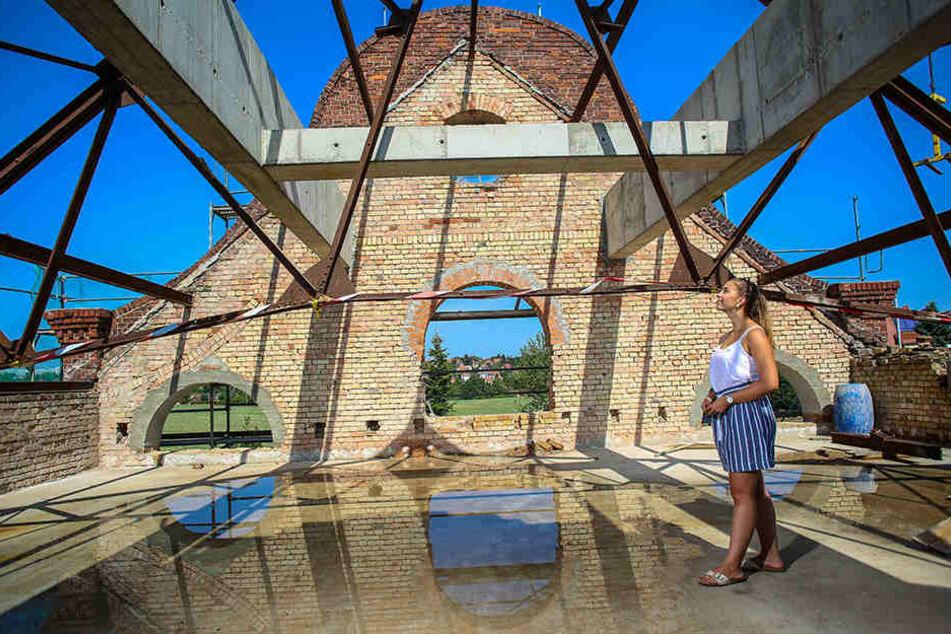 Projektmitarbeiterin Annika Becher (27) begutachtet den Dachstuhl.