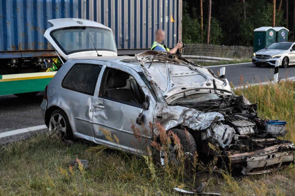Mann befreit sich aus Wrack und läuft geschockt auf die Autobahn: Tot!