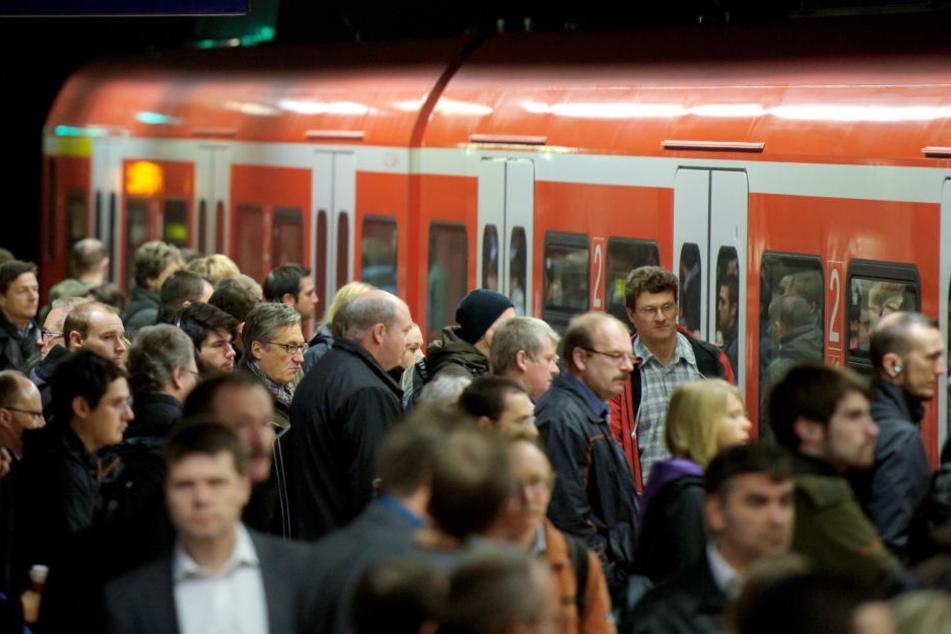 Rush Hour an einem S-Bahnhof in Stuttgart. An einem solchen wäre es fast zu einer Bluttat gekommen. (Symbolbild)