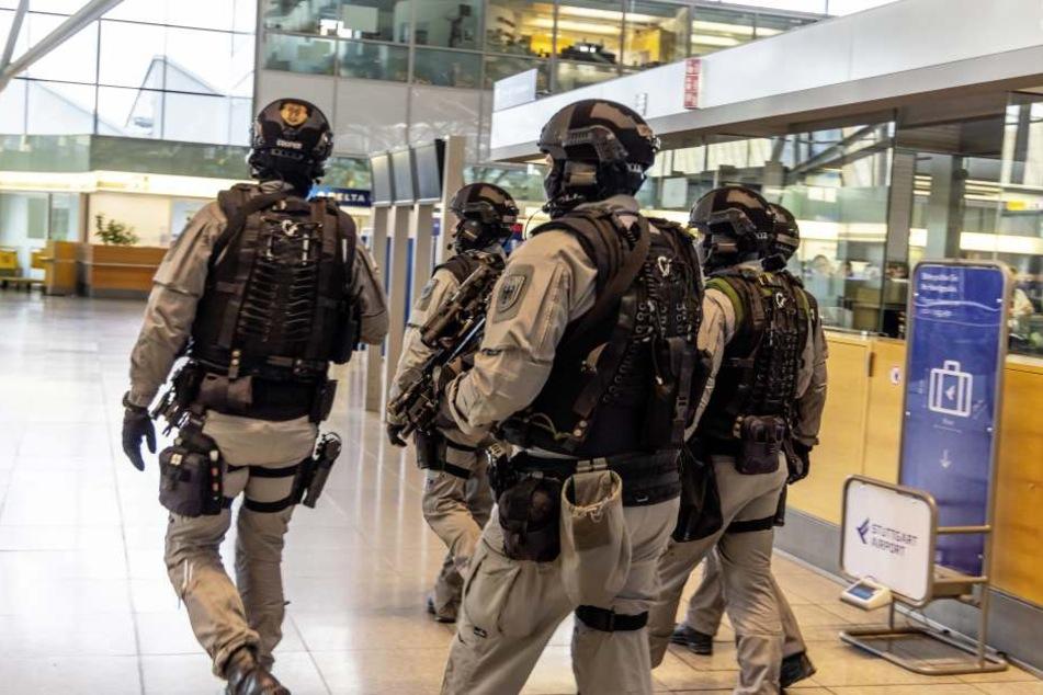 Schwer bewaffnete Polizisten am Flughafen in Stuttgart