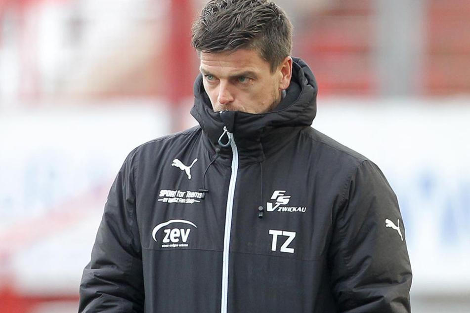 0:1-Niederlage in Karlsruhe trotz guter Leistung seiner Mannschaft - enttäuschter Blick von FSV-Coach Torsten Ziegner.