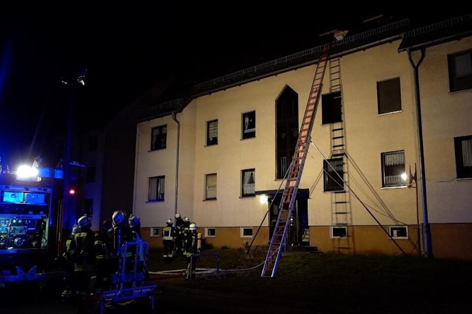 Zwei Kinder mussten mit einer Steckleiter aus dem Dachgeschoss in Mieste bei Gardelegen gerettet werden.