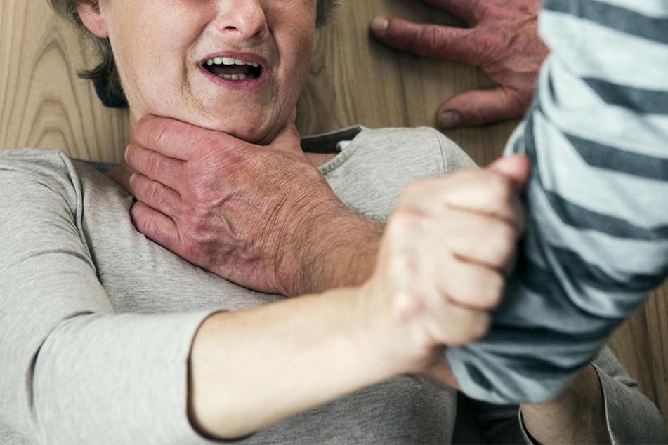 Bevor er sich selbst das Leben nahm, soll ein 69-Jähriger seine Frau ermordet haben. (Symbolbild)