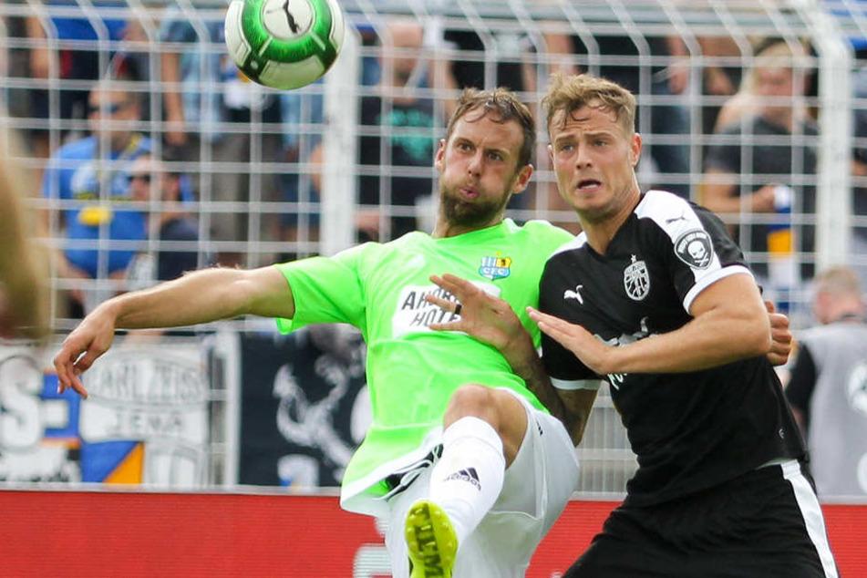 Timmy Thiele (rechts) im Zweikampf mit dem Chemnitzer Marc Endres.