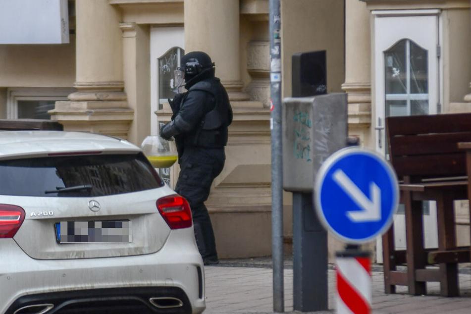 Die Polizei hat vermeintlich explosive Stoffe sichergestellt.
