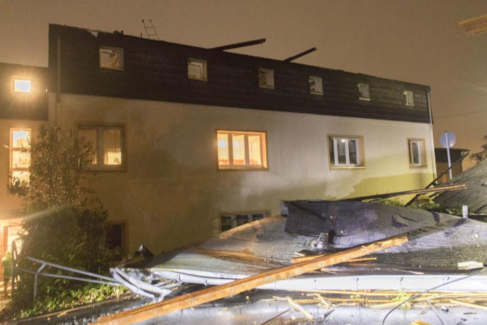 In Stollberg in Sachsen wurde ein Dach abgedeckt.