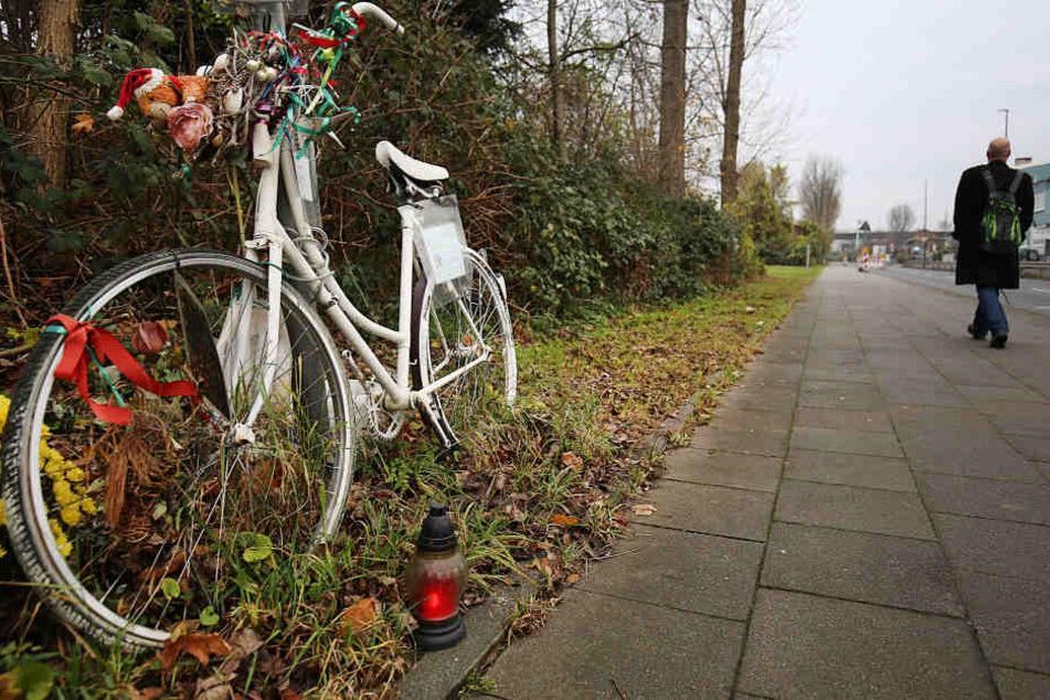 Die Gedenkstätte für die getötete Radfahrerin am Unfallort (Archiv).