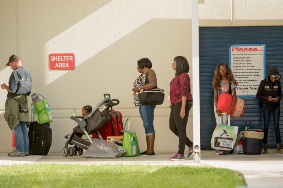 Menschen stehen in Fort Lauderdale vor einer Notunterkunft. Rund 70.000 Menschen kamen so unter.