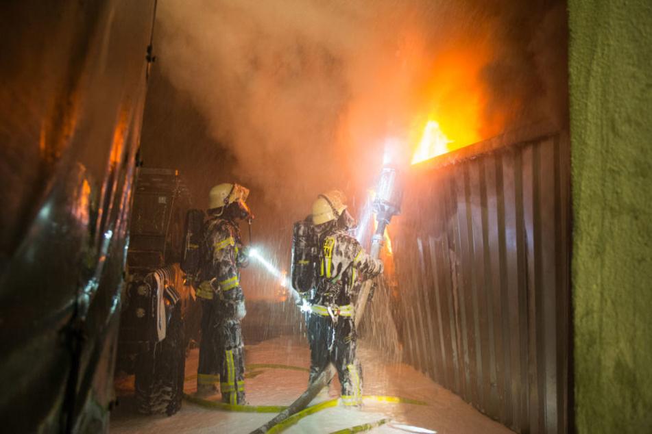 Durch das Feuer explodierten auch mehrere Gasflaschen.