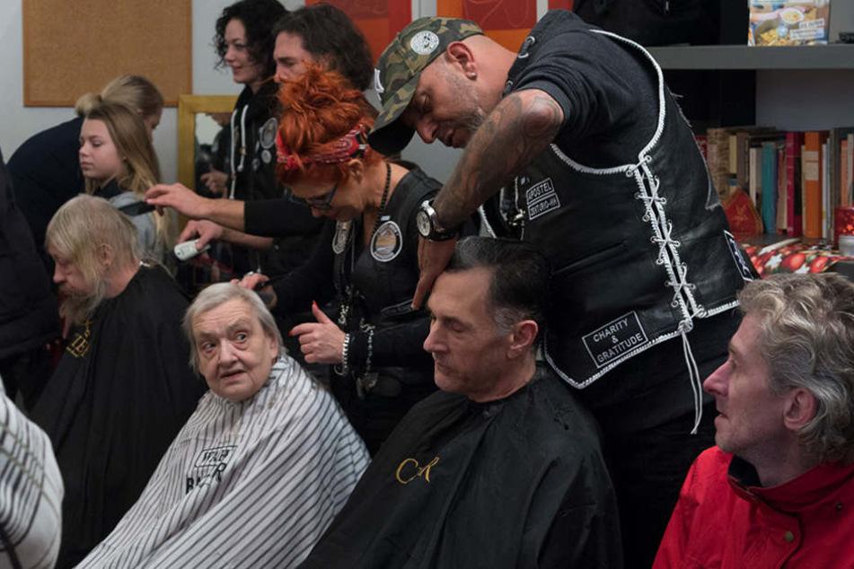 Bedürftige und Obdachlose werden von Friseuren kostenlos verschönert.