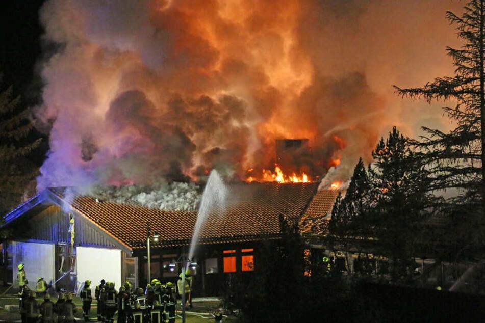 Die Einsatzkräfte gehen derzeit von einem Schaden in Höhe von zwei Millionen Euro aus.