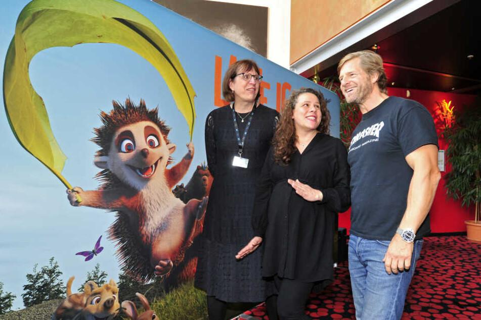 """Schauspieler und Synchronsprecher Henning Baum (47) schaute sich mit den Regisseurinnen Nina Wels (l.) und Regina Welker die Weltpremiere von """"Latte Igel"""" an."""