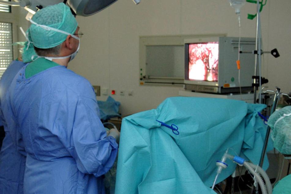 Im Operationssaal eines Krankenhauses wird einem Patienten der Blinddarm entfernt.