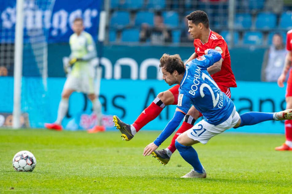 Douglas Santos kämpft gegen Bochums Kapitän Stefano Celozzi um den Ball.