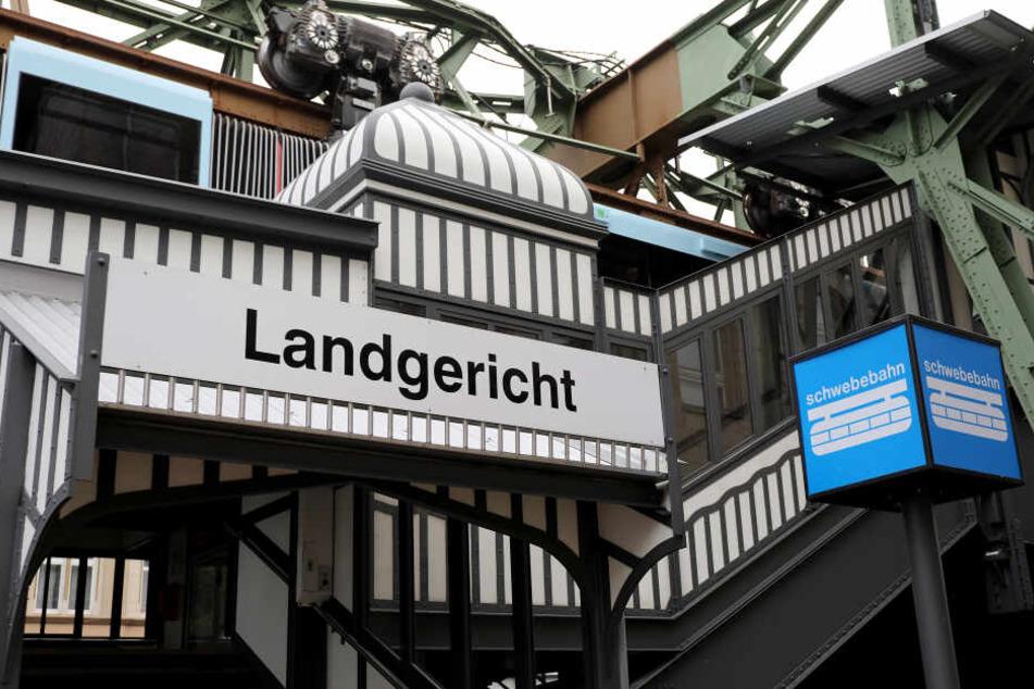 Das Landgericht in Wuppertal sprach den 22-Jährigen am Montag wegen Freiheitsberaubung und versuchter Entziehung Minderjähriger schuldig.