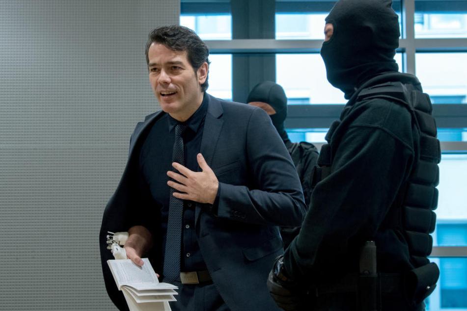 """Vor Gericht sieht man Adrian Ursache (43) durchgehend stehen. Die vermummten Beamten empfindet der einstige Mister Germany als """"einschüchternd und beängstigend""""."""