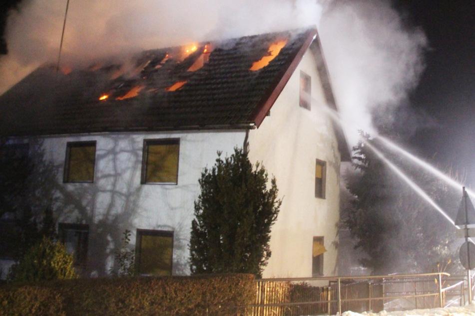 Feuer in Einfamilienhaus: 75-Jährige bei Brand verletzt