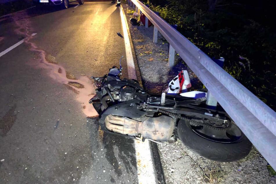 Der Motorradfahrer prallte gegen eine Leitplanke.