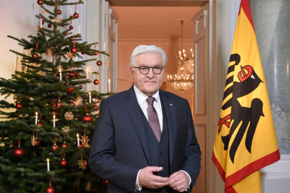 Bundespräsident Frank-Walter Steinmeier steht nach der traditionellen Weihnachtsansprache vor einem geschmückten Weihnachtsbaum.