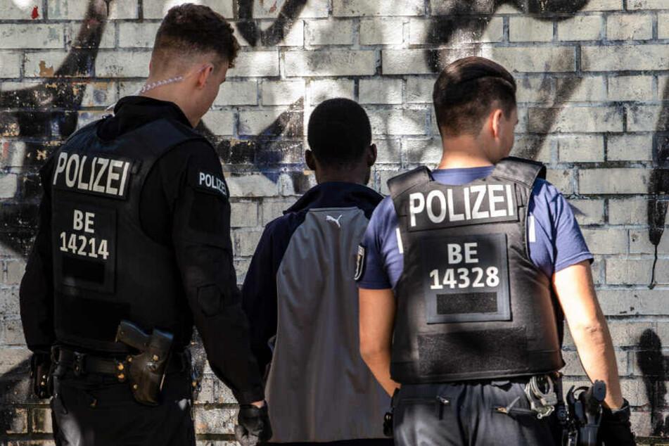 Polizisten kontrollieren einen mutmaßlichen Drogendealer.