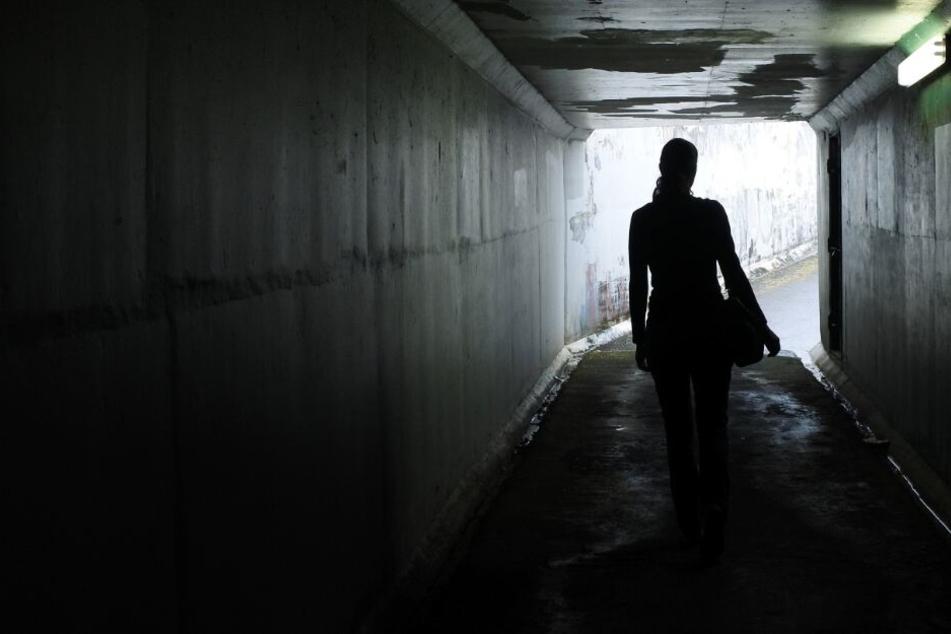 Junge Frau in der City vergewaltigt, eine weitere Frau ausgeraubt: Beide Täter flüchtig