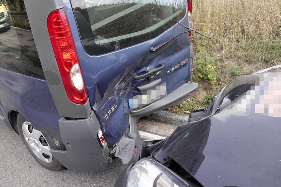Der Peugeot fuhr auf den Opel auf. Die fünf Insassen wurden dabei verletzt.