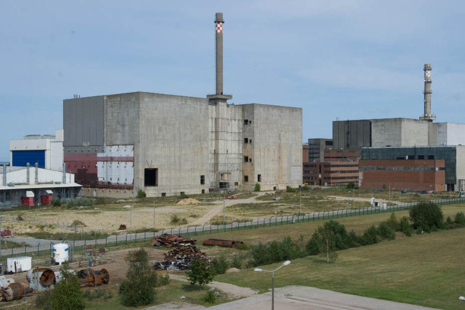 """Die Bauruine des Block 8 (l) auf dem ehemaligen Betriebsgelände der """"VEB Kernkraftwerke Bruno Leuschner"""" in Lubmin (Mecklenburg-Vorpommern)."""