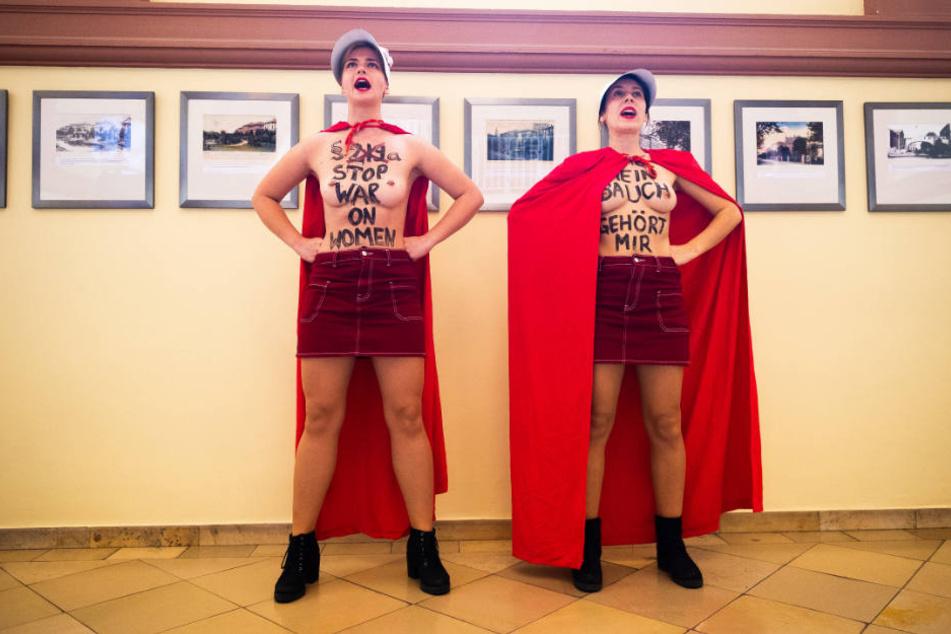 Die beiden Frauen protestierten halbnackt im Gerichtsgebäude.