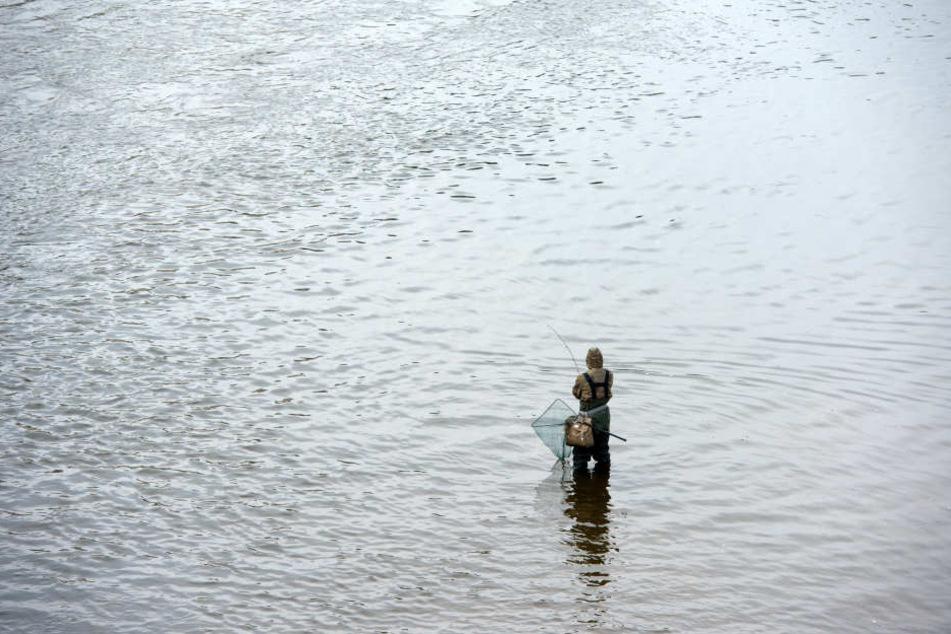 In Niedersachsen hat ein Angler eine Leiche im Fluss gefunden. (Symbolbild)