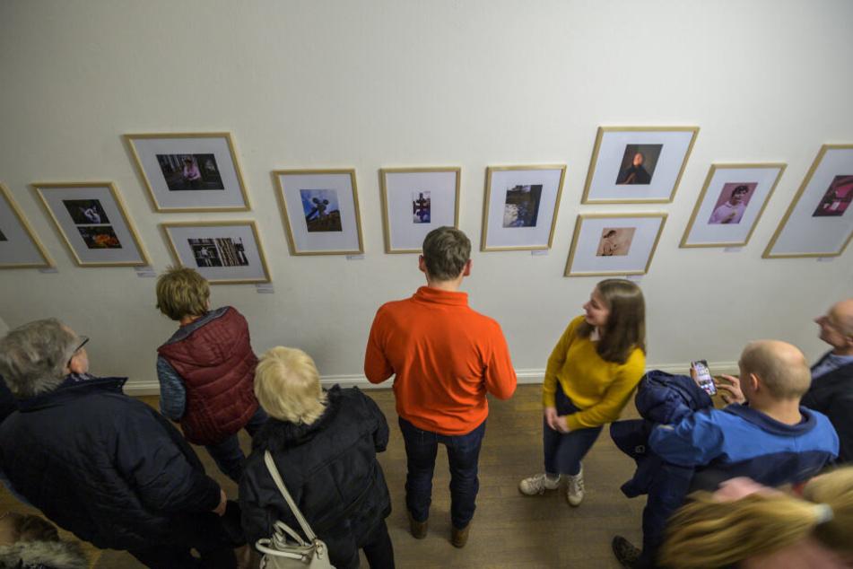 """Erfolgreiche Vernissage: Mindestens ein halbes Jahr ist die Ausstellung """"Blickwinkel. Schüler*innenarbeiten"""" in den Kunstsammlungen Chemnitz zu sehen."""