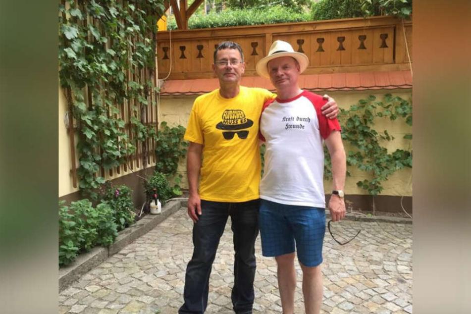 """Unter anderem wegen dieses T-Shirts mit der Aufschrift """"Kraft durch Freunde"""" geriet der Satiriker zunehmend in die Kritik."""
