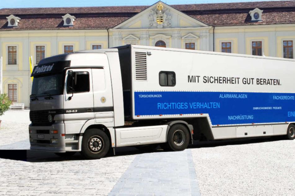 Der Truck des Landeskriminalamts vor dem Ludwigsburger Schloss.