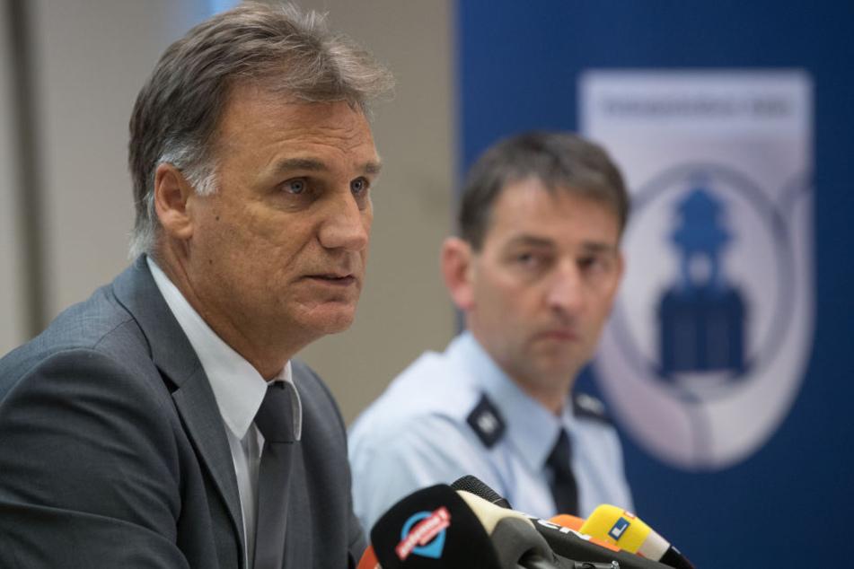 Der leitende Kriminaldirektor des Polizeipräsidiums Aalen, Reiner Möller (l.) , während der Pressekonferenz.