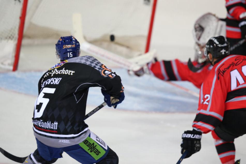 Schon während der Begegnung der Nürnberg Ice Tigers mit den Straubing Tigers randalieret einer der Männer im Gästeblock. (Archivbild)