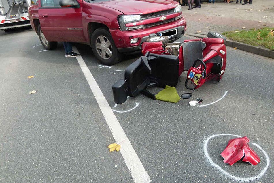 Das Elektromobil wurde umgeworfen und die Frau (83) auf die Straße geschleudert.